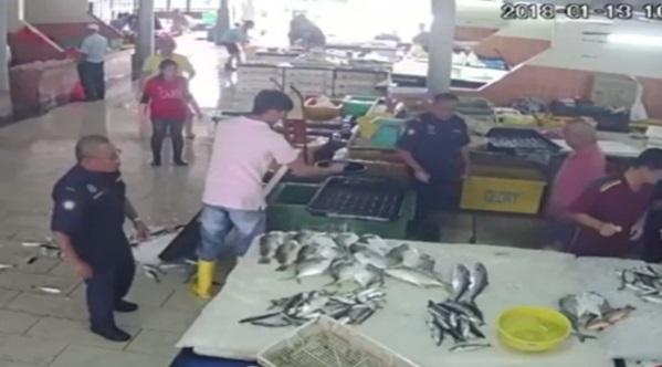 [VIDEO] Penguat Kuasa 'Samseng' Buang Ikan Peniaga Pasar