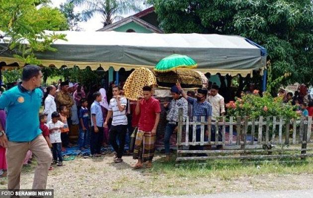 Jenazah suspek dikuburkan di tanah perkuburan yang sama dengan mangsa bunuhnya, Rangga